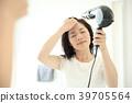 머리를 말릴 여성 39705564