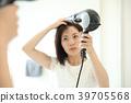 머리를 말릴 여성 39705568