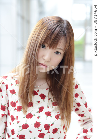 Young lady's hair style 39714604