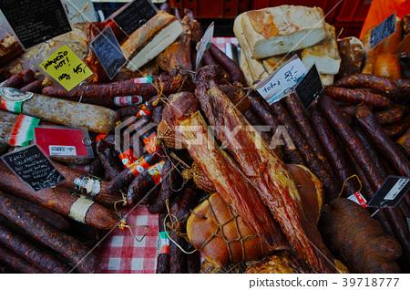 來自捷克農貿市場的薩拉米香腸和培根香腸 39718777