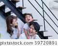 年輕的家庭,沙發,房子,笑臉 39720891