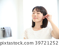Ear cleaning with a cotton swab 39721252