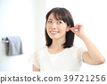 Ear cleaning with a cotton swab 39721256