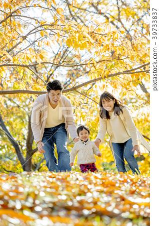 가을의 공원에서 노는 3 명의 가족 39733837