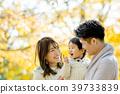 使用在秋天公园的三人家庭 39733839