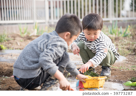 진흙 놀이를하는 아이들 39773287