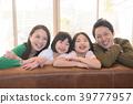 微笑的小学生两姐妹和年轻夫妇四个家庭 39777957
