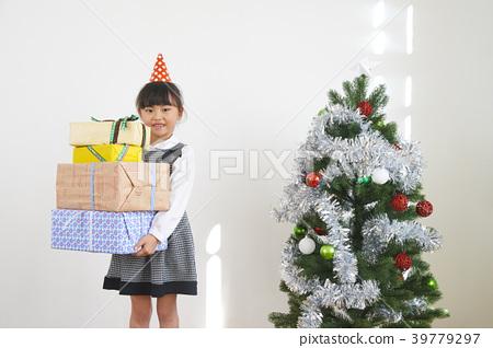 크리스마스 트리와 선물을 가진 소녀 39779297