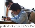 父母和孩子觀察甲蟲 39779357