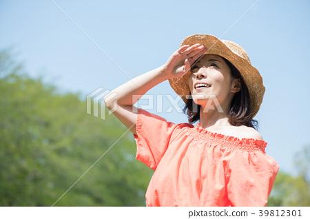 戴草帽的年轻日本妇女 39812301