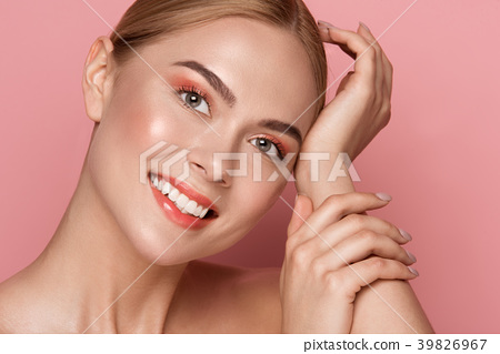 Beautiful lady demonstrating snow white teeth 39826967