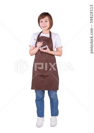 穿著茶色圍裙的亞洲女服務生拿著點菜單站在白色背景前 39828313