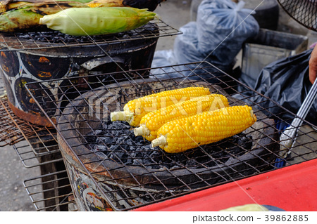 Corn grill, brush with butter, sweet and fragrant. 39862885