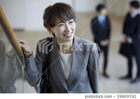 成熟的女人 一個年輕成年女性 女生 39869592