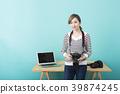 카메라를 손에 미소 짓는 젊은 여성 사진 작가 39874245