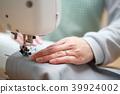 縫紉機(管家主婦手工製作媽媽媽媽縫製業餘愛好不露面的身體部位生活方式) 39924002
