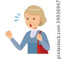 一名穿著藍色衣服的老婦正帶著一個袋子 39936947