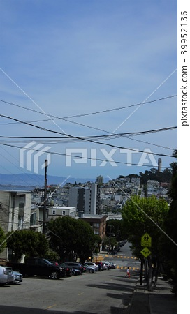 The slopes of San Francisco. Residential area under the blue sky. Harbor and opposite shore 39952136