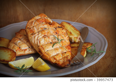 Grilled chicken breast with fried potato and lemon 39957473