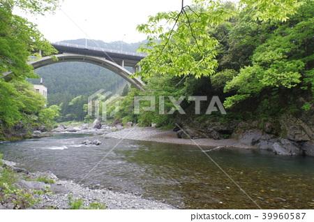 秩父多摩凯国家公园,御岳谷的清新景观,清澈的溪流和拱桥, 39960587