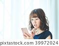 หญิงสาวทำงานกับมือถือ 39972024
