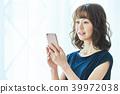 휴대폰을 조작하는 젊은 여성 39972038
