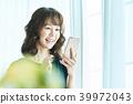 หญิงสาวทำงานกับมือถือ 39972043