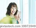 หญิงสาวทำงานกับมือถือ 39972049