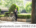 자전거를 타는 젊은이 39982158