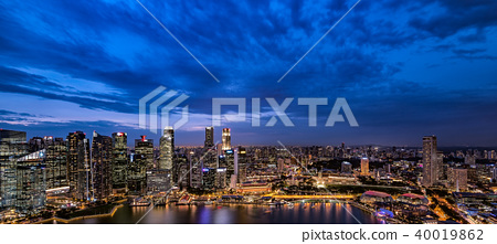 摩天大樓晚上風景在新加坡 40019862