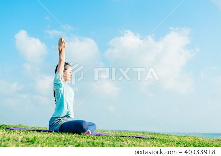 Women stretching 40033918