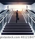 계단을 오르는 남자 40121847