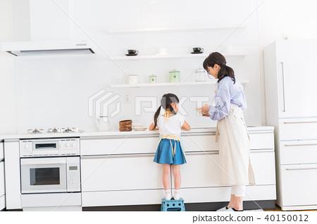 부모와 자식, 모녀, 부엌, 도와 뒷모습 40150012