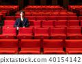 一個男人坐在一個座位上 40154142