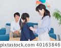 年輕的家庭,父母和孩子,孩子,換衣服 40163846