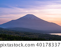 山 Yamanashi Prefecture》 Mt. Fuji at dusk よ り From Lake Yamanaka, Panorama stand 台 40178337