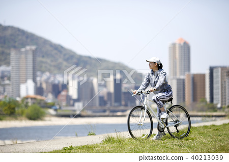자전거를 타는 여성 40213039