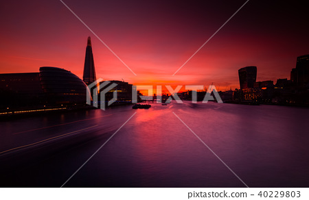 Golden hour view of river Thames in London 40229803