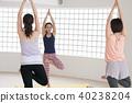 採取瑜伽教訓的年輕日本婦女在瑜伽演播室 40238204
