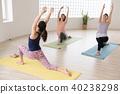 採取瑜伽教訓的年輕日本婦女在瑜伽演播室 40238298