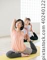 採取瑜伽教訓的年輕日本婦女在瑜伽演播室 40240122