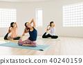 採取瑜伽教訓的年輕日本婦女在瑜伽演播室 40240159