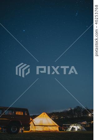 發光的帳篷和滿天星斗的天空和汽車 40253768