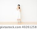 一個女人站在房間裡哭 40261258