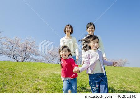 使用在櫻桃開花的銀行的四口之家 40291169