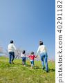 벚꽃이 피는 제방에서 노는 4 인 가족의 뒷모습 40291182