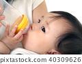 여자 아기에게 수유하는 젊은 엄마 40309626