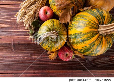 Autumn pumpkins on wooden planks 40374099