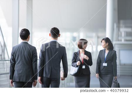 4 명의 실업가 비즈니스 현장 사무실 장면 40379932