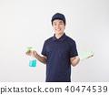 세제와 수건을 가진 집 청소 작업자 40474539